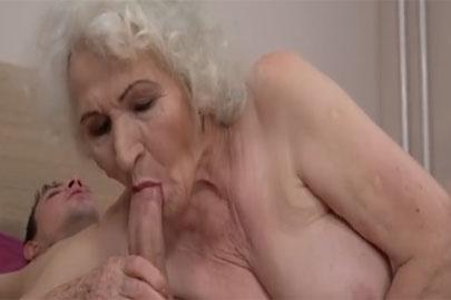 Behaarte Oma beim Schwanz lutschen und Wichse schlucken