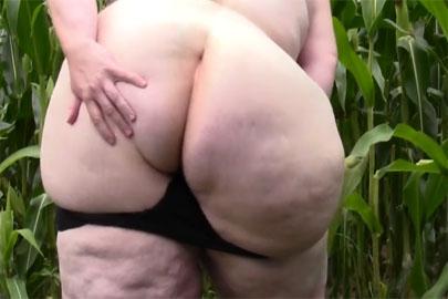 Dicke reife Frauen Pornos mit einer fetten Oma beim masturbieren