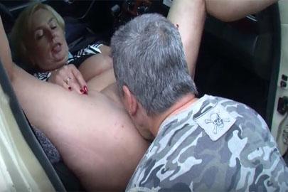 German Mature lässt sich wild im Auto ficken und hart rannehmen
