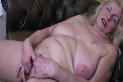Haarige Omafotze beim masturbieren