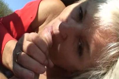 Oma Votze beim Outdoor Sex geht geil ab und schluckt Wichse