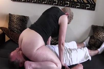 Granny Facesitting beim Rentnersex