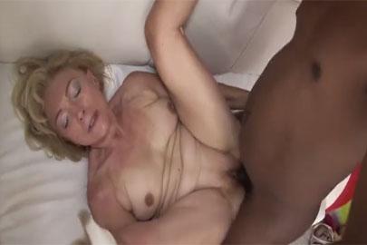 Oma fickt mit einem Neger im Pornofilm