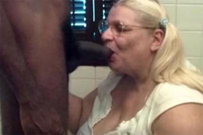 BBW Oma beim Schwanz blasen gefilmt