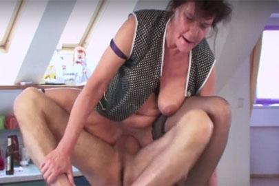 Nylon Fetisch Oma fickt im German Porn